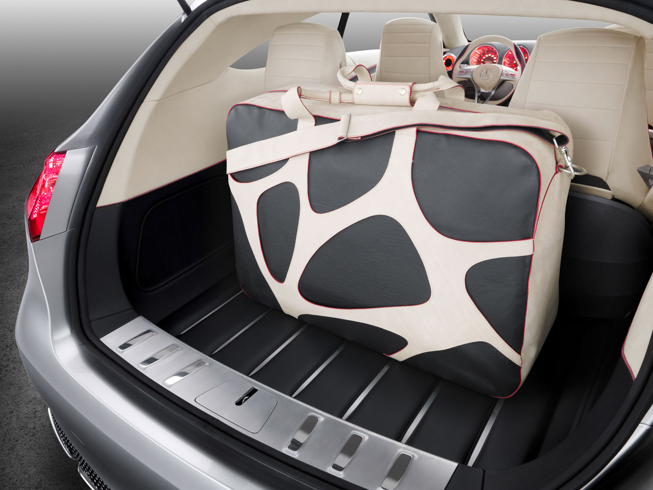 19_Mercedes-Benz-Concept-A-Class-Luggage-Compartment